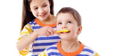 come lavarsi i denti in modo corretto